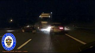 شاهد: لحظة اصطدام شاحنة بعدد من السيارات في طريق سريع ببريطانيا