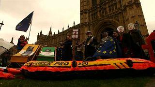 Theresa May sob pressão antes de mais um encontro sobre o Brexit