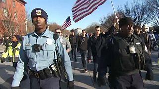 Sfida di slogan (ma niente botte) davanti alla Casa Bianca tra suprematisti e anti-razzisti
