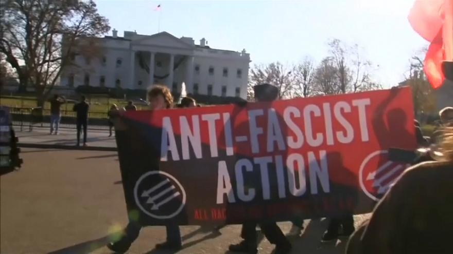 Anti-Facistes contre Alt-Right devant la Maison Blanche