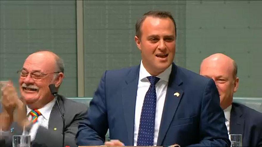 A parlamenti vita közben kérte meg barátja kezét