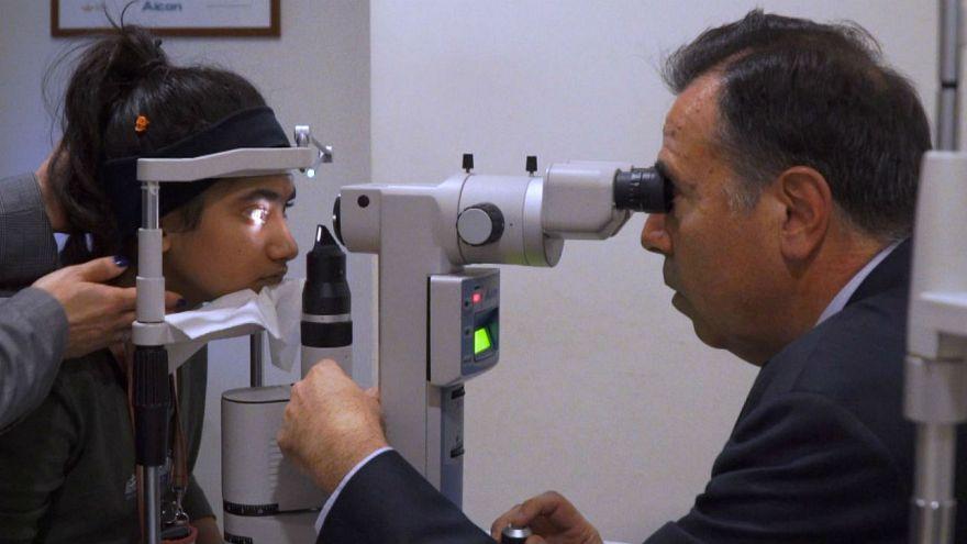 Προσφυγόπουλο βρίσκει την όραση του στα χέρια Έλληνα γιατρού