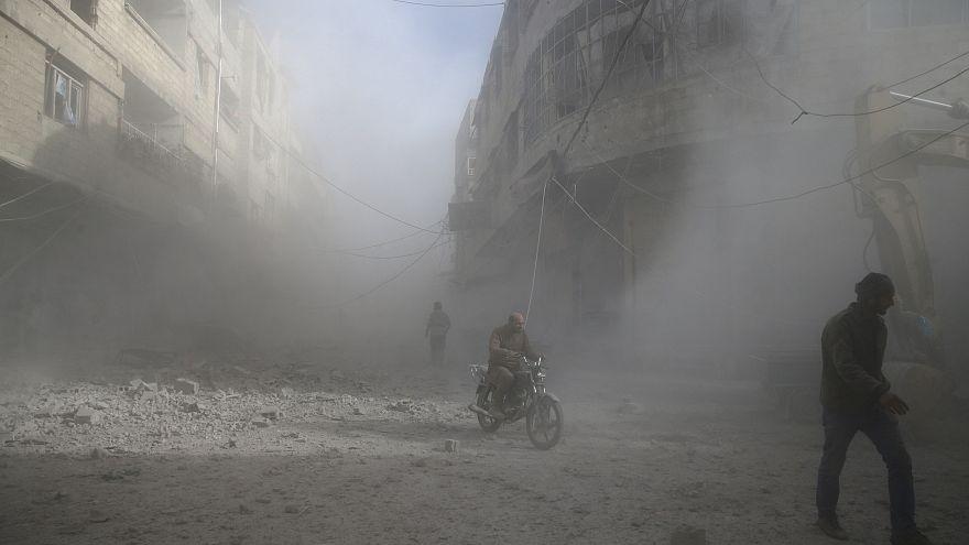 سكان الغوطة الشرقية يعانون من القصف الجوي لقوات النظام