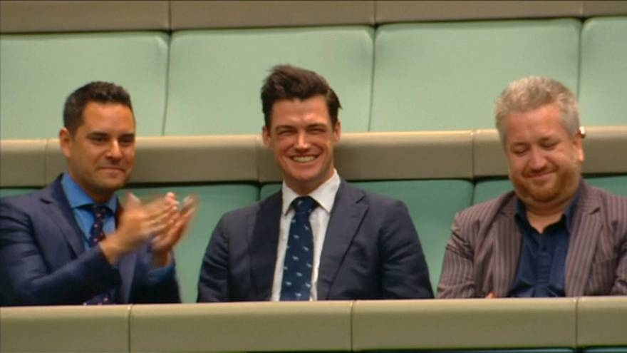 Deputado pede namorado em casamento no parlamento australiano
