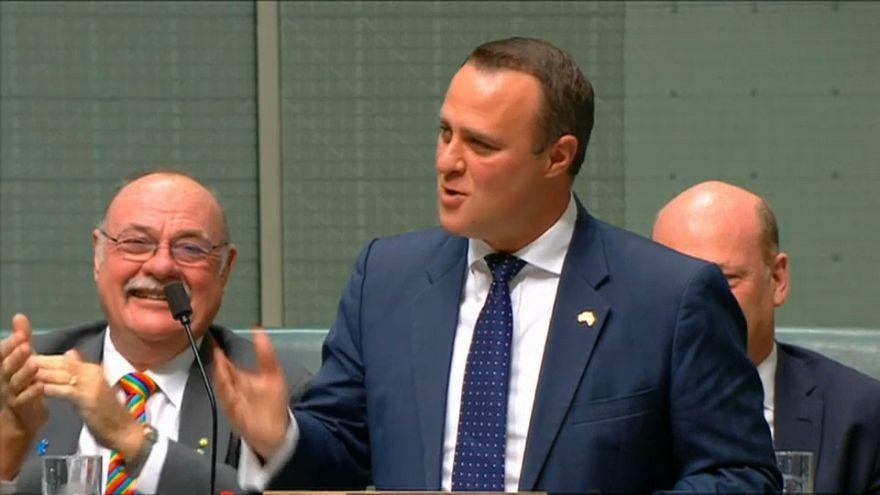 Un député australien demande son compagnon en mariage