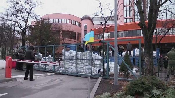 Des sacs de sable entassés bloquent l'accès à la chaîne NewsOne