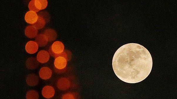 """La """"super lune"""" observée aussi depuis la Chine."""
