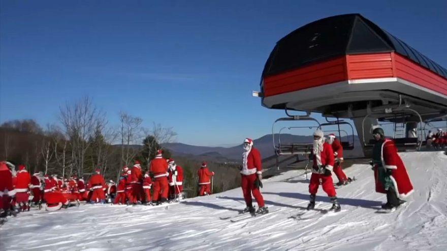 Noel Baba kostümüyle kayak keyfi