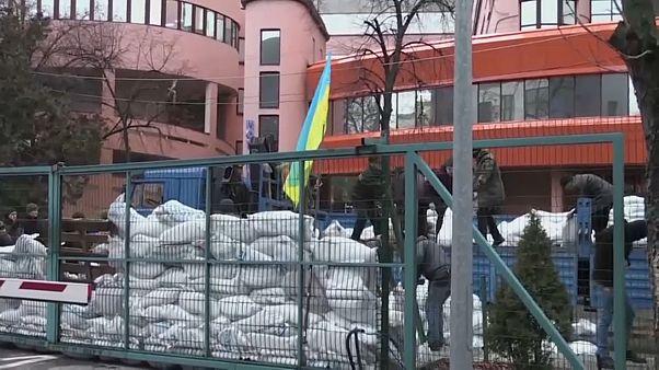 Proteste davanti alle TV ucraine