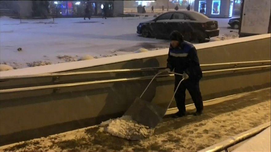 Москва: снегопад вызвал заторы на дорогах и в небе