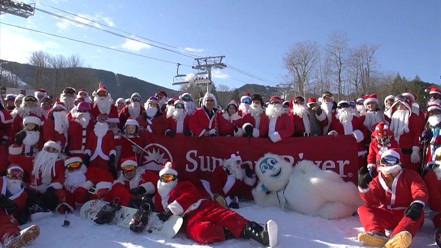 США: благотворительный лыжный спуск Санта-Клаусов