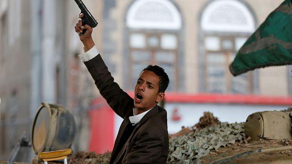 مقاتل حوثي يجلس على دبابة بعد وفاة الرئيس اليمني السابق علي عبدالله صالح