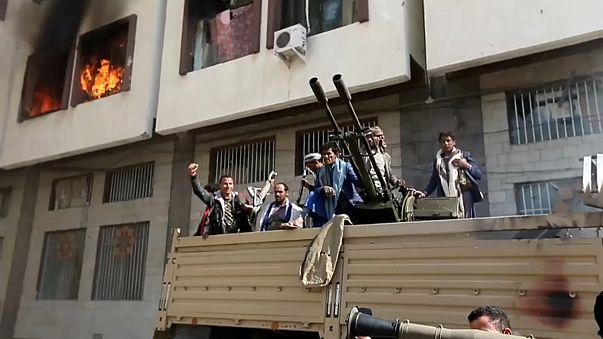 جانب من احتفالات المقاتلين الحوثيين أمام منزل الرئيس علي عبدالله صالح إثر م
