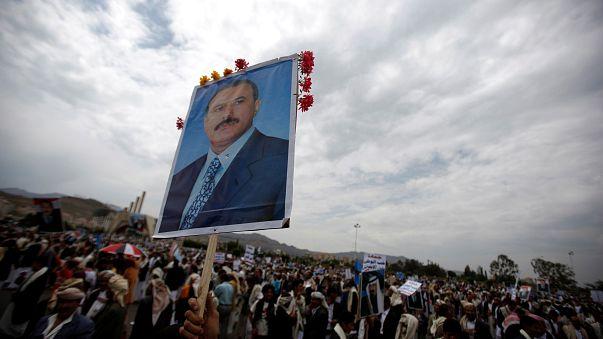 يمنيون يحملون علي عبد الله صالح بعد مقتله