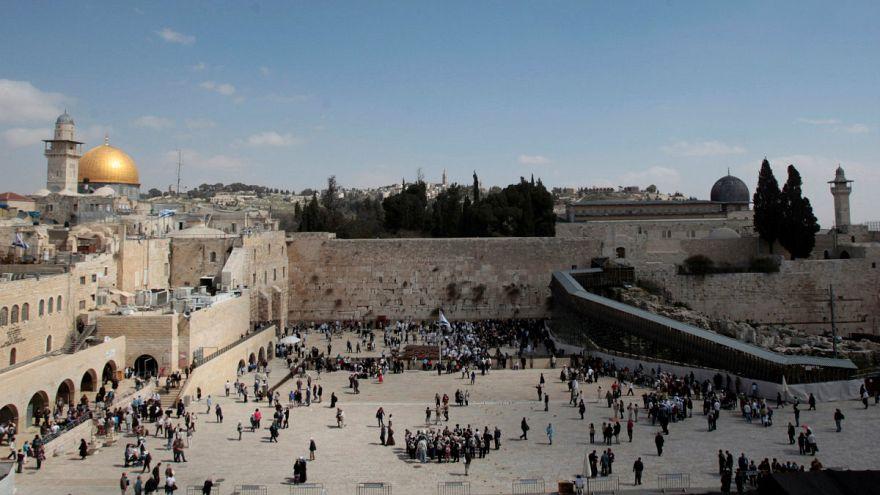 Trump büyükelçiliği Kudüs'e taşıma kararını erteledi