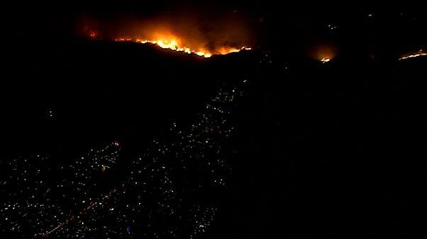 Incêndios na Califórnia ameaçam duas cidades