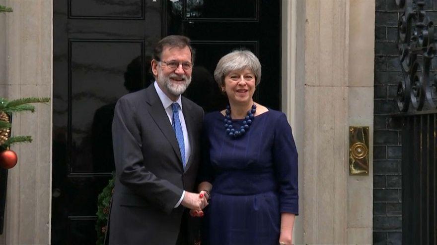 Rajoy y May se estrechan la mano en Downing Street