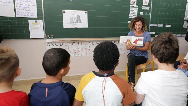 Diákok nézik a tanárnőjüket az első iskolanapon a franciaországi Nizzában