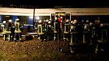 Δεκάδες πυροσβέστες απεγκλωβίζουν τους επιβάτες από την αμαξοστοιχία