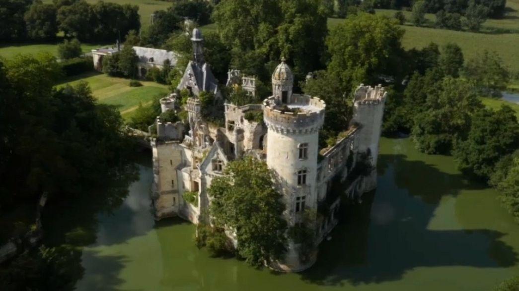 شاهد: قصر تاريخي للبيع .. والثمن 51 يورو فقط