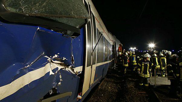 Almanya'da yolcu ve yük treni çarpıştı