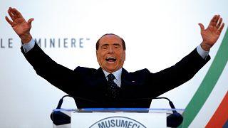 Berlusconi saluta la folla durante la campagna elettorale in Sicilia