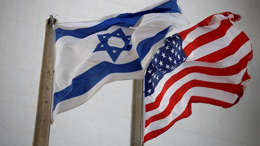 Le due bandiere fuori dall'ambasciata USA di Tel Aviv