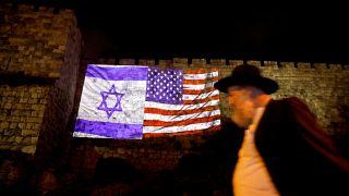 Σημαίες Ισραήλ και ΗΠΑ στο τείχος της παλιάς πόλης της Ιερουσαλήμ