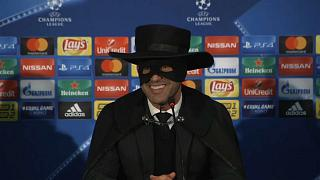 El entrenador del Shakhtar, Paulo Fonseca, disfrazado de Zorro