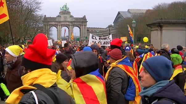 Miles de independentistas catalanes salen a las calles de Bruselas