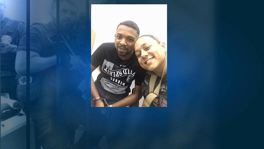 Polícias tiram selfies com traficante detido