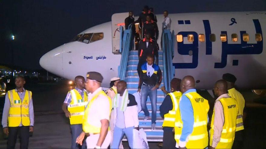 401 مهاجر نيجيري يعودون إلى بلادهم بعد احتجازهم في ليبيا