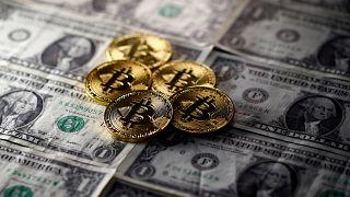 Bitcoin-Münzen auf Dollar-Scheinen