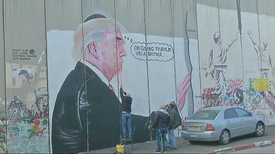 "Palestinianos ""transformam"" mural que retrata Trump"