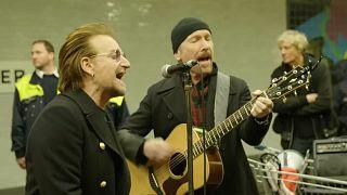 Bono e The Edge ao vivo numa estação do metro de Berlim