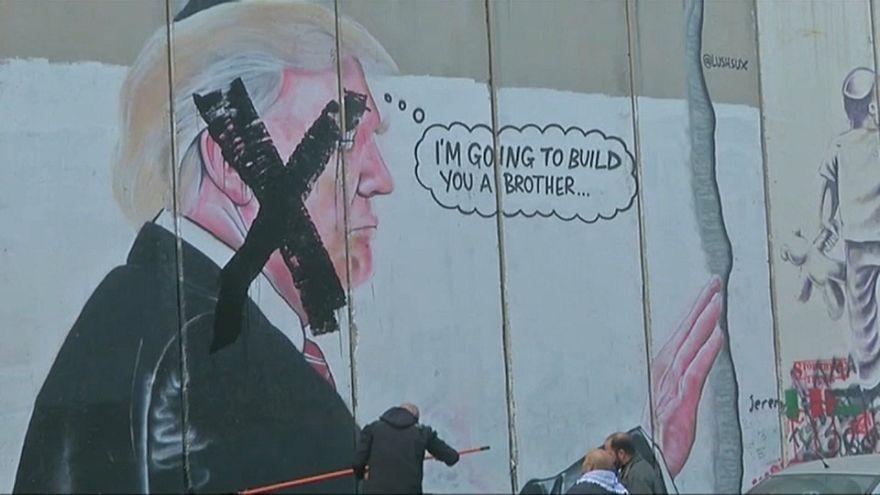 Tachan un mural de Donald Trump