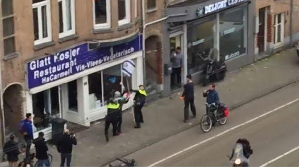 Palesztin zászlót lengető férfi törte be egy kóser étterem ablakait Hollandiában
