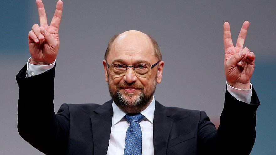 Ο Μάρτιν Σουλτς περιχαρής μετά την επανεκλογή του στην προεδρία του SPD