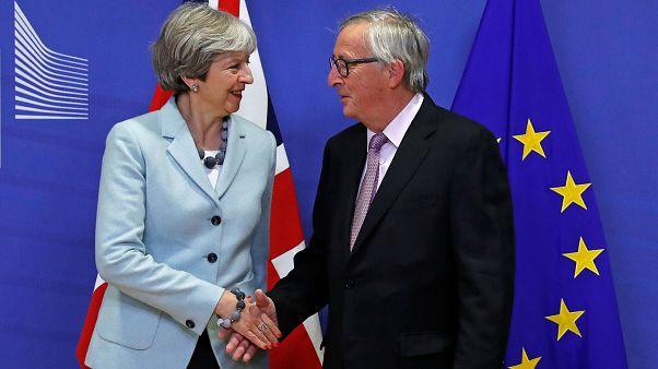 رئيسة الوزراء البريطانية تيريزا ماي ورئيس المفوضية الأوروبية جان كلود يونكر