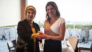 Τσάι με θέα την Ακρόπολη για την Εμινέ και την Μπέτυ Μπαζιάνα
