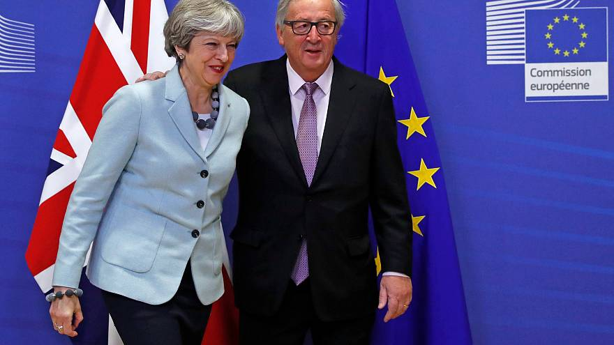 Theresa May e Jean-Claude Juncker sono felici