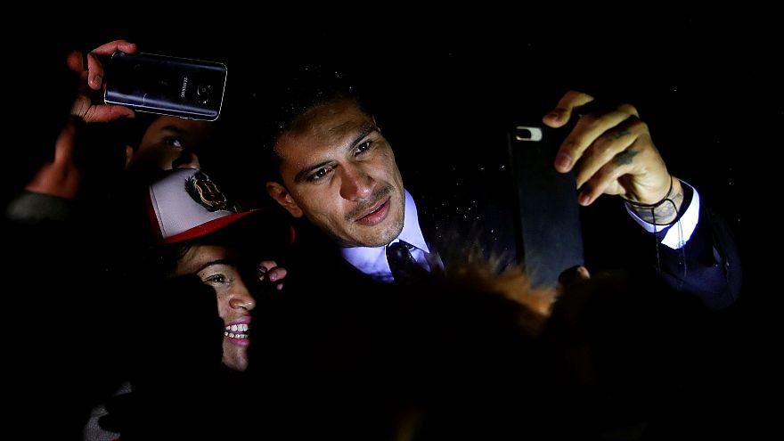Герреро позирует с фанатами после слушаний в дисциплинарном комитете ФИФА