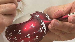 Artesanos checos de vidrio soplado preparan adornos navideños
