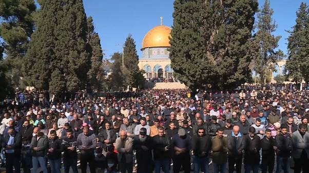 Palestinos rezan en la mezquita de la mezquita de Al-Aqsa