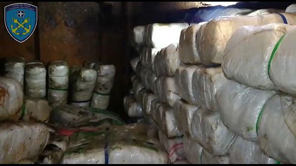 Cannabispäckchen im Laderaum des Bootes
