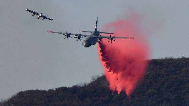 US-Löschflugzeug im Einsatz beim Thomas Feuer