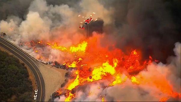 Los bomberos ganan terreno al fuego en California