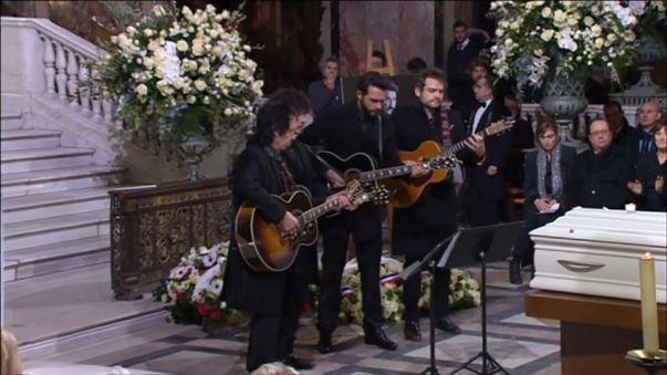 Lloran las guitarras en el multitudinario funeral de Johnny Hallyday, el Elvis francés