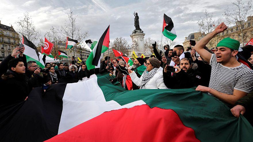 Un momento delle proteste che hanno avuto luogo sabato a Parigi