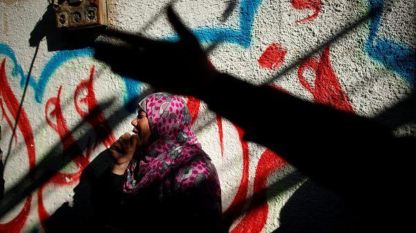 Frau trauert um Angehörigen, der bei israelischeLuftangriffen getötet wurde